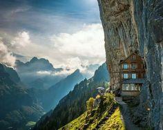 #LugaresIncreibles #Aescher #Suiza El hotel Aescher es tan alto en las montañas de Appenzellerland que tienes que caminar o coger un teleférico para llegar allí. Las instalaciones son intencionalmente básicas pero la comida es abundante y los senderos cercanos llevan a aventuras excitantes