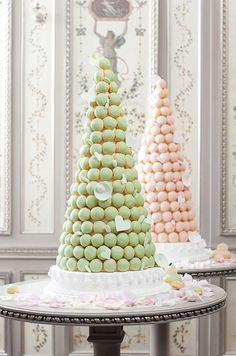 So gorgeous and yummy! Serve macarons as wedding desserts #wedding #dessert #desserttable #macarons #diywedding