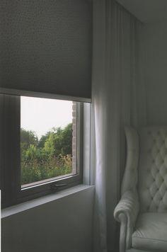 Son cortinas de enrollamiento superior, que ocupan un mínimo lugar en la ventana y que permiten el uso del doble cortinado o de fondo de cortina. Con sistemas manuales de cadena o con motores instalados dentro del tubo de la misma, pueden utilizarse con un doble cortinado debido a Que pueden ser automatizadas a control remoto o con pulsador. MEL INTERIORES Gorriti 4700 - esq. Malabia (54-11) 4833-3106 / 4776-4200 cortinas@melinter... Palermo Soho - Buenos Aires - Argentina Cortinas Rollers, Palermo, Soho, Windows, Ideas, Buenos Aires, Argentina, Chain, Motors