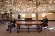 Goedenberg; Interieur antieke schuur. Chandelier, Dining Table, Ceiling Lights, Lighting, Furniture, Home Decor, Ideas, Candelabra, Decoration Home