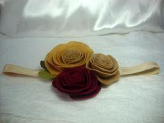 Tiara de elástico com rosas de feltro fixas