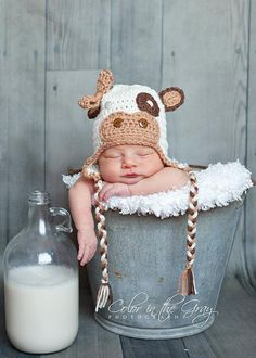 Crochet Gender Neutral/Unisex Cow Earflap Hat - Sammy is this too cute or what. Baby Set, Erwarten Baby, Mom And Baby, Baby Love, Cow Hat, Foto Newborn, Crochet Photo Props, Foto Baby, Expecting Baby