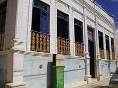 A Biblioteca Pública Municipal de Farias Brito está localizada no Casarão Cultural Felinto da Cruz Neves e Generosa Amélia da Cruz conta com um acervo pequeno, com poucos móveis da família do Coronel Felinto e uma amostra de obras de arte de artistas locais.
