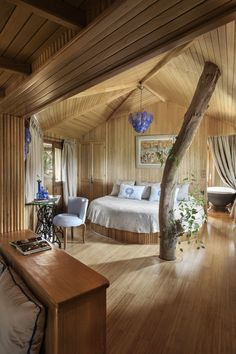 Luxury Tree Houses, Cool Tree Houses, Tree House Interior, Treehouse Hotel, Plafond Design, Tree House Designs, Luxury Accommodation, Luxurious Bedrooms, Hotel Bedrooms