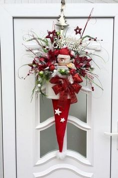 Pretty Christmas Hat Ideas That Trending In 2020 30 Diy Christmas Hats, Christmas Reef, Christmas Swags, Christmas Door Decorations, Rustic Christmas, Christmas Projects, Christmas Crafts, Christmas Ornaments, Christmas Snowman