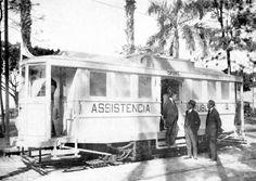 """O Bonde Assistência Há 100 anos atrás, o bonde era o meio de transporte dominante em nosso país. Por esta razão, diversos serviços de utilidade pública. A imagem mostra um """"bonde-assistência"""" (ambulância) da Cia. Ferro-Carril do Jardim Botânico em 1922. Em pé, no estribo, está o presidente Epitácio Pessoa.(Rio Antigo, de Charles Dunlop) http://oriodeantigamente.blogspot.com.br/2011/01/historia-dos-coletivos-linhas-modelos-e.html"""