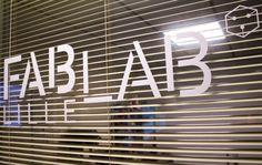 Fab lab : lieu ouvert à tous et souvent gratuit comprenant des outils à la pointe de la technologie pour réaliser des objets. Parce que nous ne nous sommes pas contentés de cette définition, nous avons voulu en savoir un peu plus sur ces nouveaux lieux de la création…