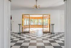 Bild: 11 rum villa på De Marés Väg 10, Västerviks kommun Ankarsrum Rum, Tile Floor, Divider, Flooring, Random, Furniture, Home Decor, Decoration Home, Room Decor