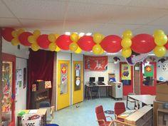 Sinterklaas slinger van doorknoopballonnen. Deze slinger maak je makkelijk zelf door doorknoopballonnen aan elkaar te knopen en daar tussen een trosje van 4 kleine 13cm ballonnetjes. De doorknoopballonnen zijn hier te bestellen: http://www.ballonartikelen.nl/doorknoopballonnen en de kleine ballonnetjes hier: http://www.ballonartikelen.nl/ronde-ballonnen