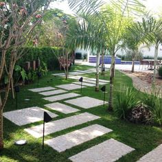 A beautiful stepping stone path in a lovely garden. By ESTÚDIO danielcruz