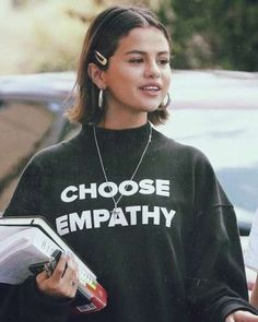 Selena Gomez's Choppy Long Bob Look hair women 58 Super Hot Long Bob Hairstyle Ideas That Make You Want To Chop Your Hair Right Now 90s Hairstyles, Hairstyles With Bangs, Selena Gomez Hairstyles, Grunge Hairstyles, Selena Gomez Short Hair, Selena Gomez Outfits, Selena Gomez Haircut, Selena Gomez Fashion, Selena Gomez Makeup