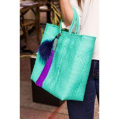 """""""Nuestras bolsas son hechas a mano por artesanos 100 % mexicanos.  Están tejidas…"""