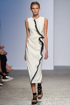See all the Collection photos from Sportmax Spring/Summer 2015 Ready-To-Wear now on British Vogue Casual Dresses, Fashion Dresses, Summer Dresses, Spring Fashion, Fashion Show, Fashion Design, Fashion Details, Kleidung Design, Divas