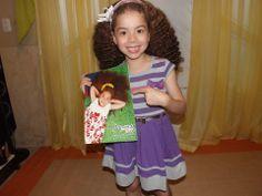 Nossa modelo Clara recebendo o catálogo Alto Verão da Minore Kids, vestindo look da coleção. Fofaa!