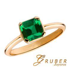 ¡Esmeralda y oro de Gruber Joyeros! Anillo elaborado en oro de 18 Kilates, con una esmeralda  de 0.80 Kilates , color verde medio oscuro
