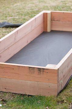 Erstellen Sie selbst ein Gemüsegarten-Quadrat: 11 Modelle zum Kopieren Créer un potager en carré soi-même : 11 modèles à recopier - Plants Veg Garden, Garden Boxes, Garden Planters, Garden Ideas, Vegetable Gardening, Garden Box Plans, Vegetable Ideas, Diy Garden Box, Vegetable Planter Boxes
