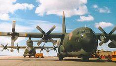 Doce bombas y el último Exocet: el ataque al Invencible, el buque insignia de la flota británica en Malvinas - Infobae C130 Hercules, Fighter Jets, Aircraft, War, Modern, Queen Bees, Falcons, Aircraft Carrier, Badges