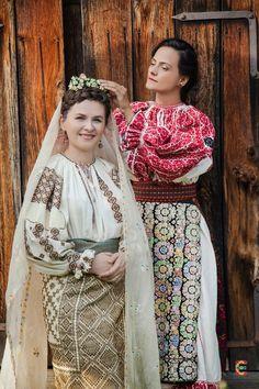 Costumul femeiesc prezintă două tipuri de port: tipul cu două catrinţe, denumite zăvelci şi timpul cu vâlnic denumit opreg. Tipul cu zăvelci se impune prin coloritul catrinţelor - ţesătură subţire de lână albastră, brodată cu alb şi cămăşilor de tip carpatic cu roşu aprins. Părul era strâns în colac sau coc legat strâns cu tulpanul peste care se punea căpătâiul.Continue Reading Sari, Costume, Popular, Fashion, Saree, Moda, Fashion Styles, Costumes, Popular Pins