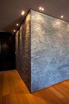 parete con decoro ad alto rilievo in color argento ispirazione corteccia