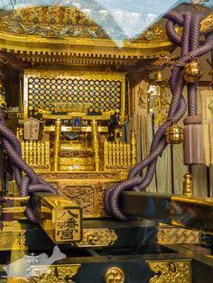 ガラス貼りの神輿蔵に麗々しく飾られている金ぴかの宮神輿