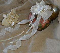 Linen and lace ribbon bow.