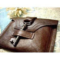pochette cuir skeleton key as latch. Use old belt or purse strap and key -- would be cool on a book cover, as well! Leather Backpack, Leather Wallet, Leather Bag, Key Wallet, Card Wallet, Handmade Wallets, Handmade Handbags, Purse Strap, Belt Purse