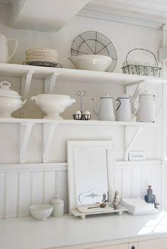 Witte brocante decoraties in deze witte keuken by brocantepost, via Flickr