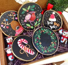 Painted Christmas Ornaments, Hand Painted Ornaments, Christmas Wood, Diy Christmas Gifts, Handmade Christmas, Christmas Tree Decorations, Wood Ornaments, Christmas Craft Projects, Christmas Paintings