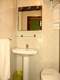 Aseo en habitación individual con TV y WiFi // Toilet in private single room with TV & WiFi