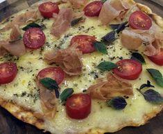 Pizza de Pão de Queijo sem glúten. Massa leva creme de leite e polvilho doce. Sugestão do Mais Você  ♥