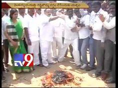 Cong activists burn Venkaiah Naidu's effigy, held in Visakha