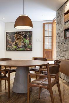 Um décor com peças contemporâneas e atributos antigos, que trazem caráter e vida para a casa: https://www.casadevalentina.com.br/blog/OPEN%20HOUSE%20%7C%20IVONE%20E%20MARCELO%20NEUBER -------------------  The décor with contemporary pieces and old attributes que bring character and life to the house: https://www.casadevalentina.com.br/blog/OPEN%20HOUSE%20%7C%20IVONE%20E%20MARCELO%20NEUBER