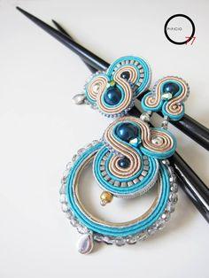 Asimmetrici, orecchini soutache sabbia/turchese con perle e cristalli swarovski. Giada Zampar - Opificio77 -