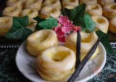 S těstem na věnečky má každý strach pracovat. Ale pokud je jednou vyzkoušíte, tak určitě změníte názor. Vynikající, lahodné, rozplývající se na jazyku, měkkoučké a vláčné. Vanilkové pudinkové věnečky s citrónovou polevou. Autor: Danka Doughnut, Panna Cotta, Food And Drink, Pudding, Sweets, Cooking, Ethnic Recipes, Type 3, Theater