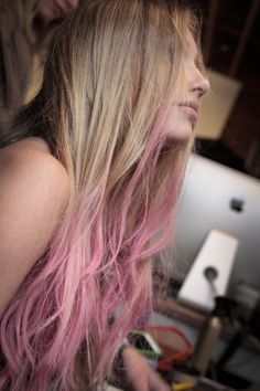 Natural blonde hair with pink ends Pink Ombre Hair, Dyed Hair Pastel, Blonde Hair Pink Ends, Pastel Pink, Pink Streaks, Blonde Pink, Blonde Honey, Honey Balayage, Neon Hair