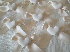 Segnaposto matrimonio e comunione con gessetto cuore cod 19 Diy Ribbon Flowers, Fabric Flowers, Gypsum, Pin Pin, Blanket, Biscuit, Magnets, Wedding, Plastering
