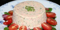 Varmrøget laksemousse på en bund af salat, og pyntet med dild og tomat.