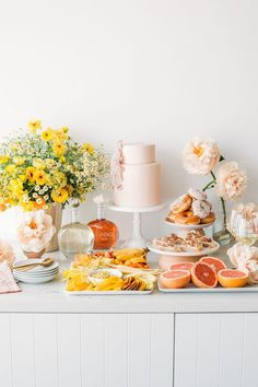 A modern pink and yellow bridal shower brunch with JNSQ wine - 100 Layer Cake French Bridal Showers, Yellow Bridal Showers, Tropical Bridal Showers, Baby Shower Yellow, Bridal Shower Cakes, Bridal Shower Rustic, Bridal Shower Decorations, Table Decorations, Birthday Brunch