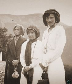 Look at how much taller Tatiana is than Olga & Anastasia, goodness, I knew she was taller than Olga, but never as tall as she is in this photo..