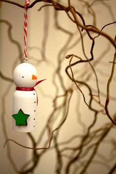 SnOwMaN... I wonder if the wooden curtain pulls (from Barb) would work for this craft?