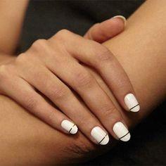 Gli anni '70 tornano in voga! La #manicure segue la tendenza e parte dal bianco con effetto geometrico #nailsart #nails