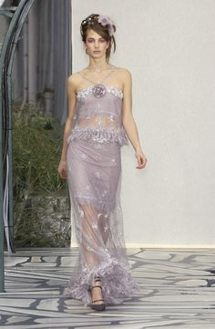Browse Couture Spring 2003 pictures from the Chanel runway show. Chanel Couture, Couture Fashion, Runway Fashion, Fashion Models, Chanel Runway, High Fashion, Armani Prive, Elie Saab, Aesthetic Fashion