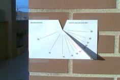 """A través de microsiervos descubro la página """"sundial.damia.net""""en la que se explica como construirnos fácilmente un reloj de sol vertical de papel totalmente exacto. Las instrucciones y los materiales que necesitarás están perfectamente explicados en su web. De todas formas algunas cosillas, para que te resulte más fácil crearlo. – …"""