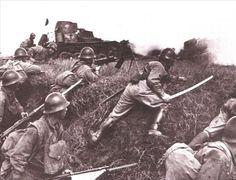 圖 為 在 日 軍 裝 甲 部 隊 掩 護 下, 準 備 拼 刺 刀 衝 鋒 的 日 軍。 本 組 圖 主 要 介 紹 二 戰 期 間, 日 軍 真 實 的 行 軍 作 戰 場 景。