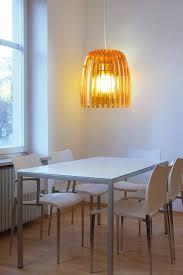 un lampadario in vetro colorato illuminato con una lampada led