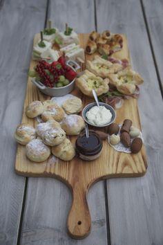 High Tea geserveerd op een robuuste Pimenta Loreti Giga serveerplank. www.pimentaloreti.nl #pimentaloreti