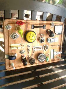Con estos tableros podemos trabajar multitud de aspectos como, la motricidad fina, la coordinación óculo manual, lateralidad, etc. Este tipo