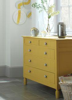 Relookez un meuble ancien en le repeignant dans une tonalité jaune paille, effet garanti !