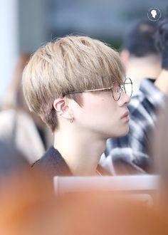 I am biased towards ikon and bts ♡ Korean Boy Hairstyle, Korean Haircut, My Hairstyle, Ulzzang Hairstyle, Trendy Mens Haircuts, Haircuts For Wavy Hair, Girl Haircuts, Long To Short Hair, Short Hair Styles