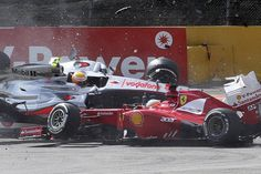 Espectacular imagen del accidente de Fernando Alonso al colisionar con Lewis Hamilton, Sergio Pérez y Romain Grosjean